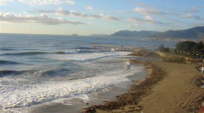 maltempo mareggiata spiaggia sporca
