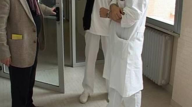 L'assurda storia dei microchip nei camici dei dottori in Liguria