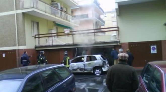 Incendio auto a Ceriale - 14-1-08