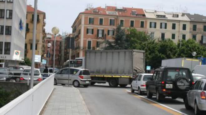 Savona - auto blocca traffico