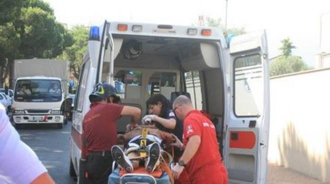 Ambulanza carica ferito incidente