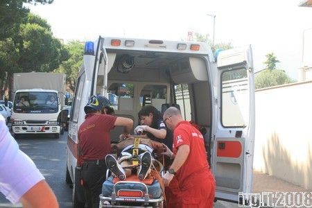 Ambulanza carica ferito incidente