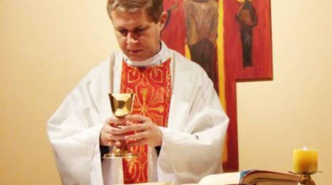Sacerdote celebra Messa