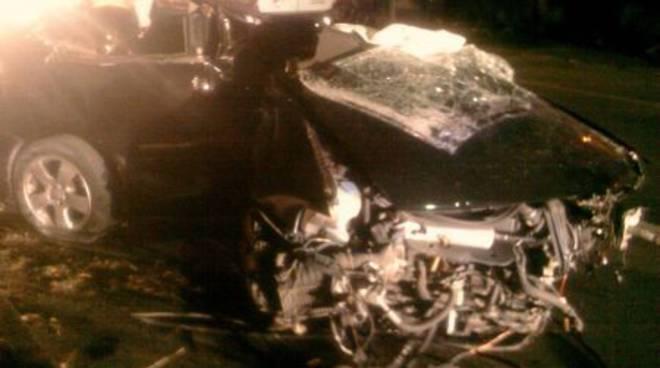 Albenga, auto si schianta contro un albero
