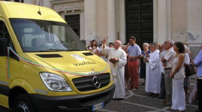 Pietra Ligure, nuovo scuolabus riceve la benedizione del parroco