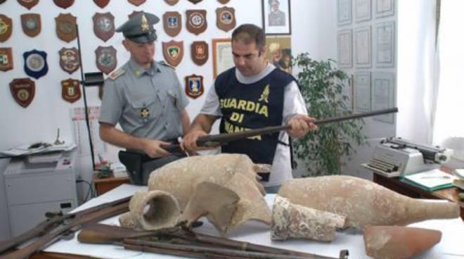 Albenga, reperti romani e fucili d'epoca sequestrati dalla guardia di finanza