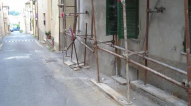 Albenga, ruspa in transito danneggia tetto e ponteggio
