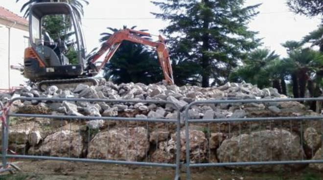 Il marmo in stile cimiteriale all'ingresso del Santa Corona è stato demolito