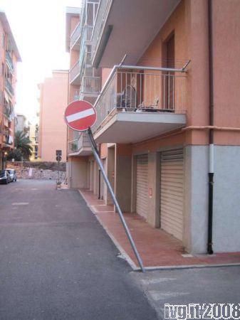 Pietra Ligure, cartello stradale inclinato