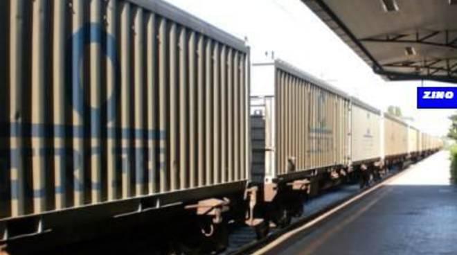 Treno merci in transito
