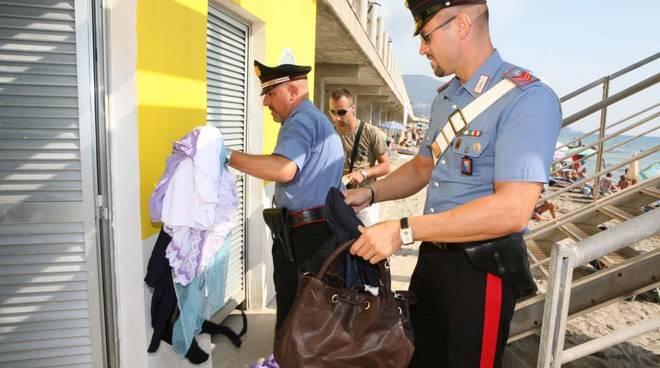 Deposito merce contraffatta in stabilimento balneare