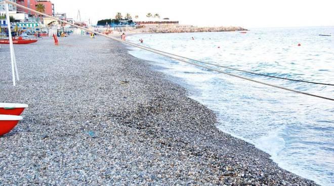 """Fornaci, con i sassi la """"spiaggia dei fachiri"""": i bagnanti si lamentano"""