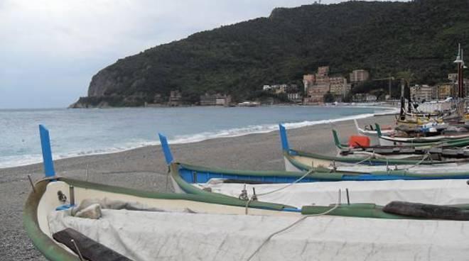 Noli, la spiaggia e le barche