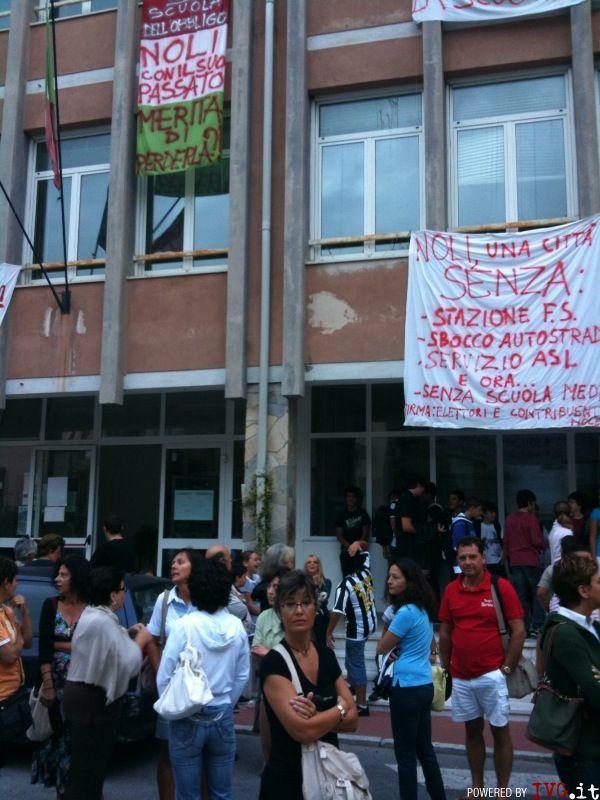 Protesta chiusura scuola Noli