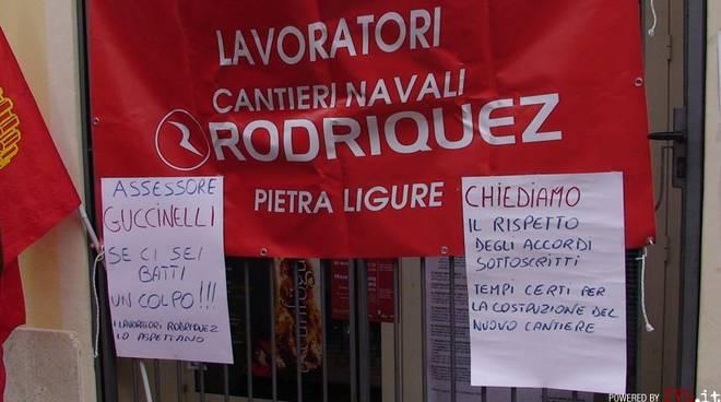 Pietra Ligure - protesta lavoratori cantieri davanti al comune