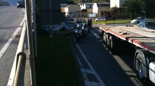 Savona - camion perde carico
