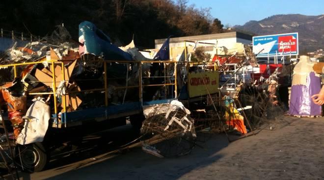 Borghetto - incendio capannone carri Carnevaloa