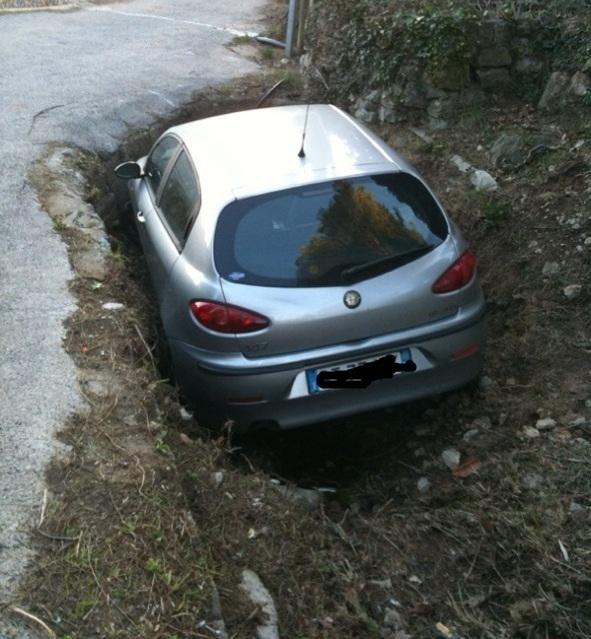 Varigotti - auto in un fossato