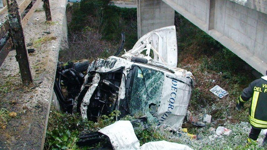 Camion giù da viadotto in a10