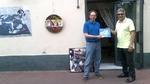 Giacomo Paolo Rossi mentre consegna il piatto al tenente Antonio Rossello