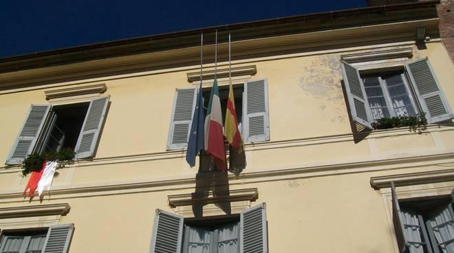 Albenga - Comune - bandiere a mezz'asta