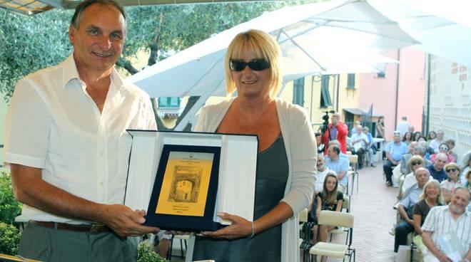 Monica Zioni premiata da Ennio Fazio