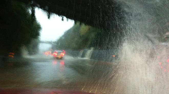 maltempo, pioggia su autostrada, allagamenti
