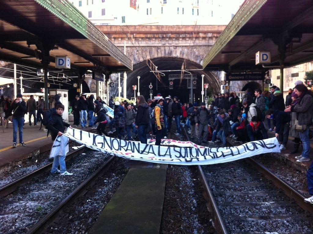 Genova - studenti bloccano Porta Principe