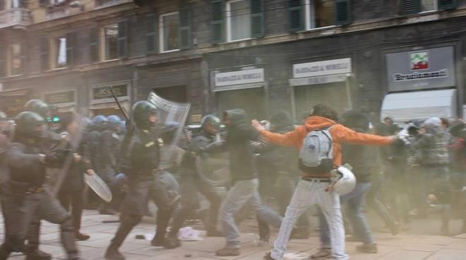 Protesta studenti 30 11 - scontri davanti alla prefettura