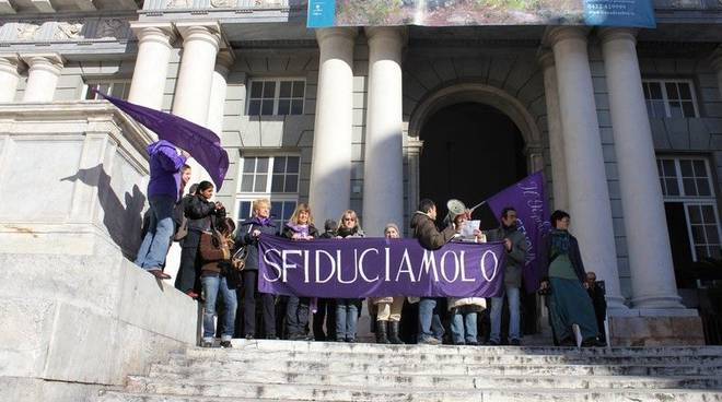 Genova, il popolo viola contromanifesta davanti a Palazzo Ducale