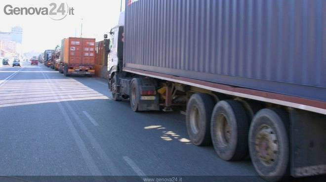 Genova, protesta autotrasporti: bloccati varchi portuali