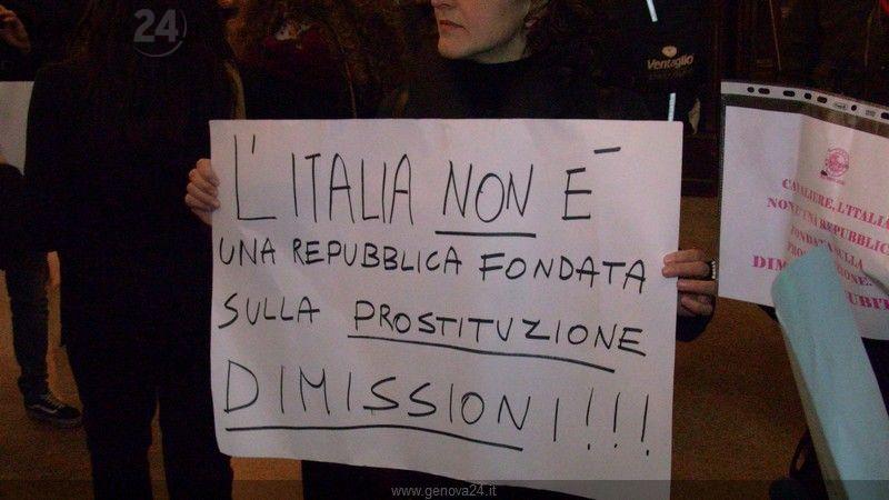 """Flash Mob Genova contro Berlusconi : """"Dimettiti"""""""