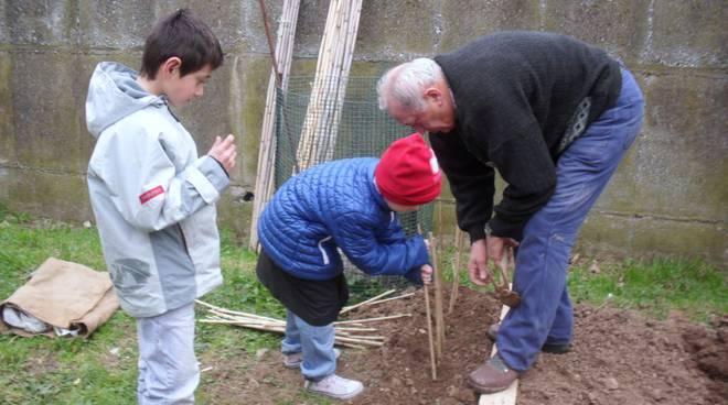 """bambini a lezione di """"Come coltivare un orto"""""""