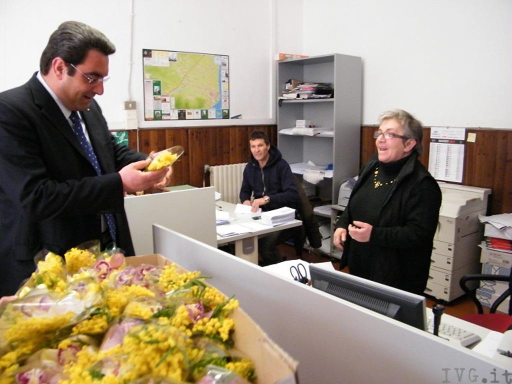 Schneck consegna mimose a dipendenti comune