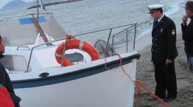 barca del pescatore salvato dalla capitaneria