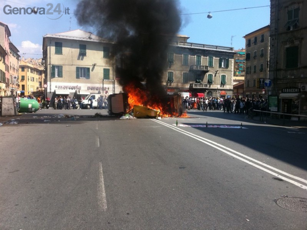 Cassonetti in fiamme