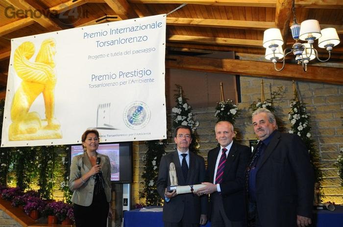 paolo lombardi riceve premio torsanlorenzo