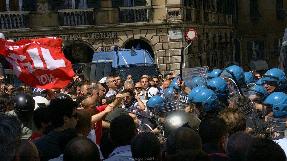 Protesta fincantieri - scontri prefettura Genova