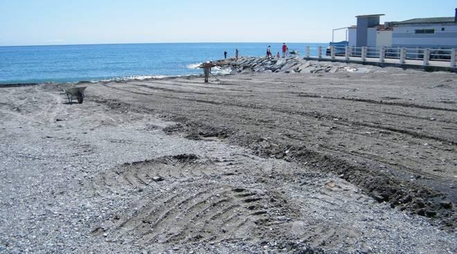 spiaggia albenga: pulizia arenile
