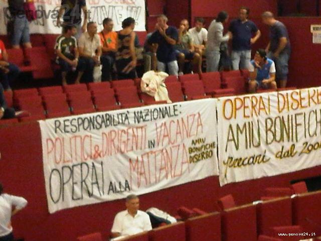 Genova - invasione operai amiu cons. comunale