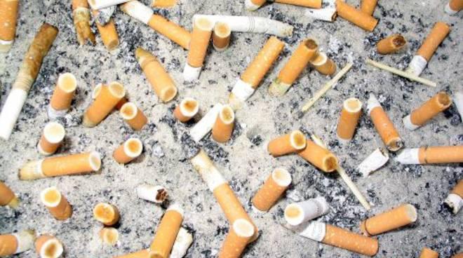cicche-di-sigaretta-in-spiaggia