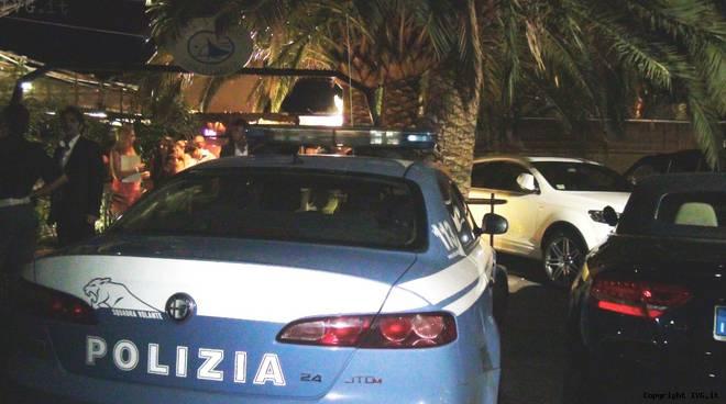 Polizia davanti alle vele