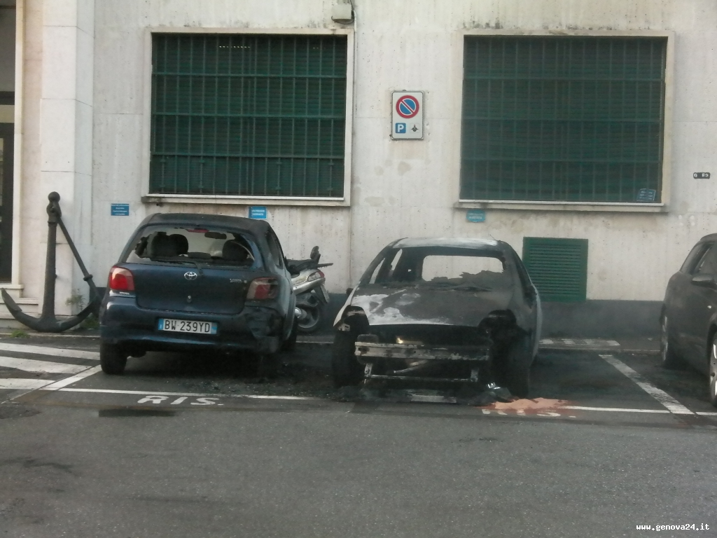 Voltri - rogo auto carabinieri