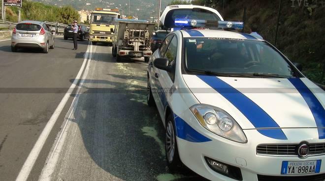 Camion perde olio incidente savona