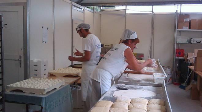 preparazione focaccia formaggio recco