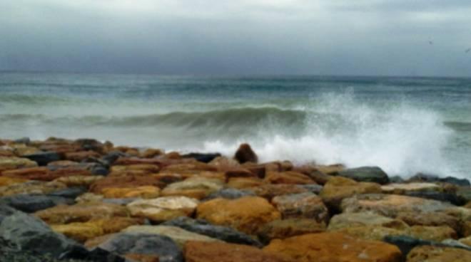 Bagni Pescetto : Albisola: le mareggiate u201cmangianou201d il molo pescetto saltate
