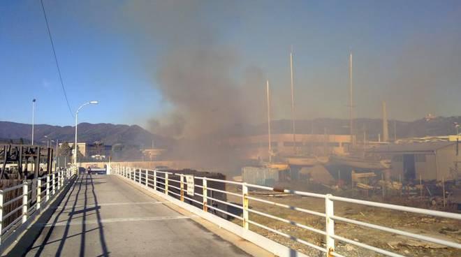 Vado Ligure, incendio e fumo presso l'area camper sull'Aurelia