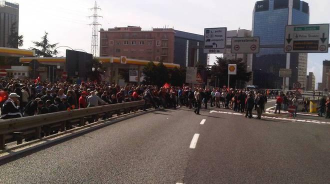 manifestazione cgil, portuali e metalmeccanici bloco genova ovest