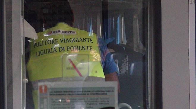 treni: pulitore viaggiante