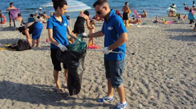 pulizia spiagge, giovani per pietra